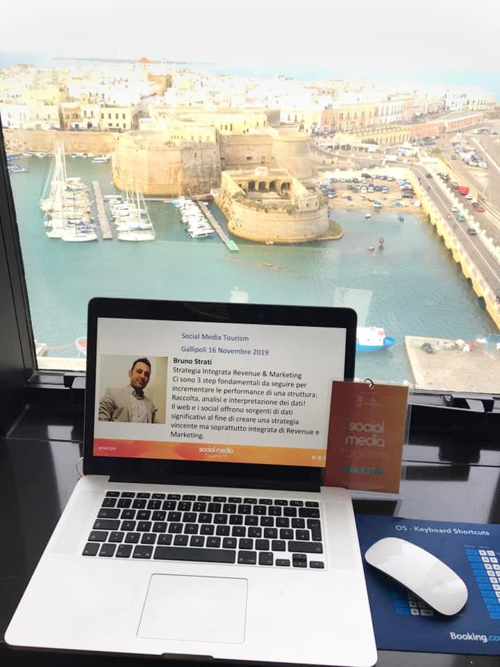 presentazione bruno strati su social media e turismo sullo sfondo di gallipoli