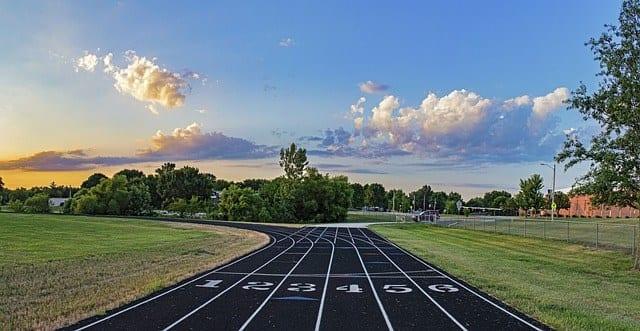 pista da corsa dove i concorrenti gareggiano, come fanno hotel e strutture ricettive
