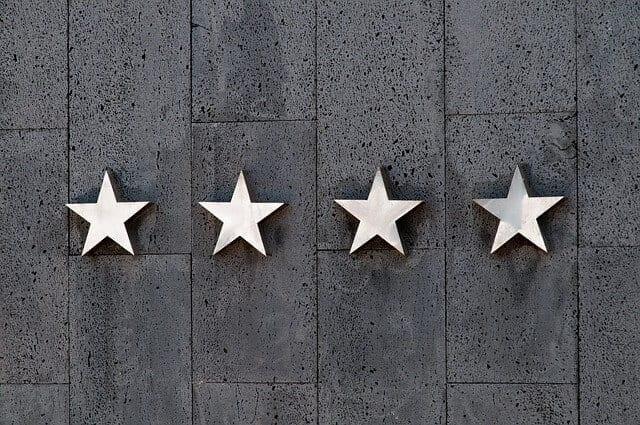 4 stelle sulla facciata di un hotel, sistema di classificazione comune in italia e all'estero