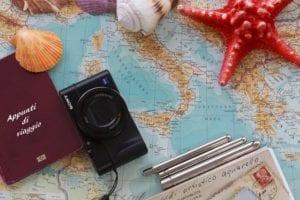 mappa dell'italia, cartoline e macchina fotografica: il kit del turista domestico