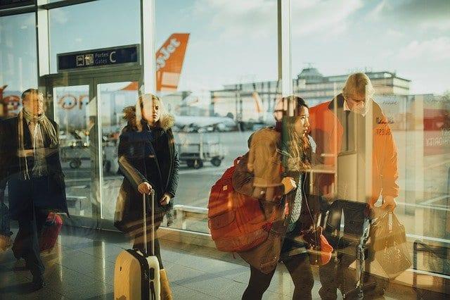 trend turismo e viaggi 2021, turisti in aeroporto prima della pandemia