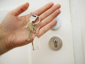 ospite con le chiavi della camera in mano dopo aver fatto il self checkin